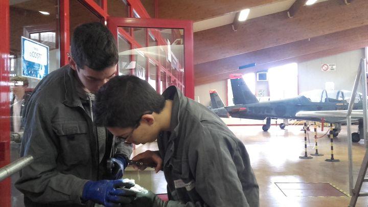 Les élèves du lycée professionnel de Latresne (Gironde) apprennent au milieu des avions, en février 2018. (SOLENNE LE HEN / RADIO FRANCE)