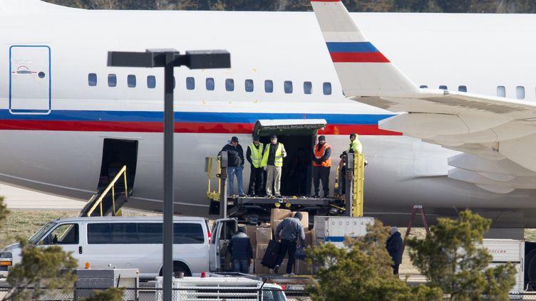 Un avion russe en train d'être chargé à l'aéroport de Sterling, en Virginie (Etats-Unis), le 31 décembre 2016. (PAUL J. RICHARDS / AFP)