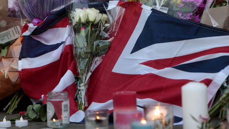 Des hommages spontanés sur la place du prince Albert à Manchester(Grande-Bretagne), le 23 mai 2017. (MAXPPP)