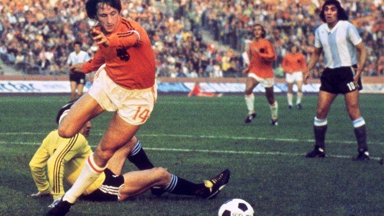 Johan Cruyff face au gardien argentin Daniel Carnevali, lors du quart de finale du Mondial 1974 (STF / AFP)