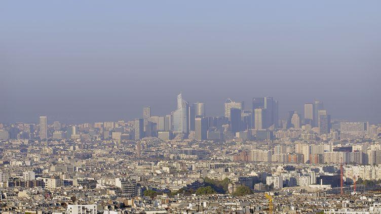 Paris et le quartier d'affaires de La Défense (Hauts-de-Seine), vus depuis le Sacré-Cœur. (YVES TALENSAC / PHOTONONSTOP / AFP)