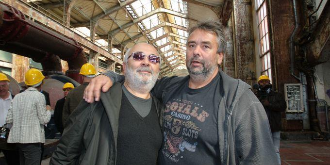 Gérard Jugnot et Luc Besson sur le chantier de la Cité du Cinéma (11/6/2009)  (AFP / Pierre Verdy)