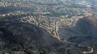 Vue aérienne sur la commune de Biguglia (Haute-Corse) où le feu a détruit 1 800 hectares de végétation, le 25 juillet 2017. (PASCAL POCHARD-CASABIANCA / AFP)