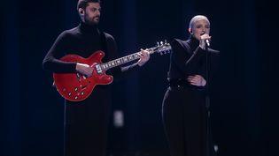 Le duo français Madame Monsieur en finale de l'Eurovision, le 12 mai 2018 à Lisbonne. (JRG CARSTENSEN / DPA)