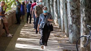 Des passants portent le masque dans les rues de Toulouse (Haute-Garonne), le 14 août 2020. (FREDERIC SCHEIBER / HANS LUCAS / AFP)