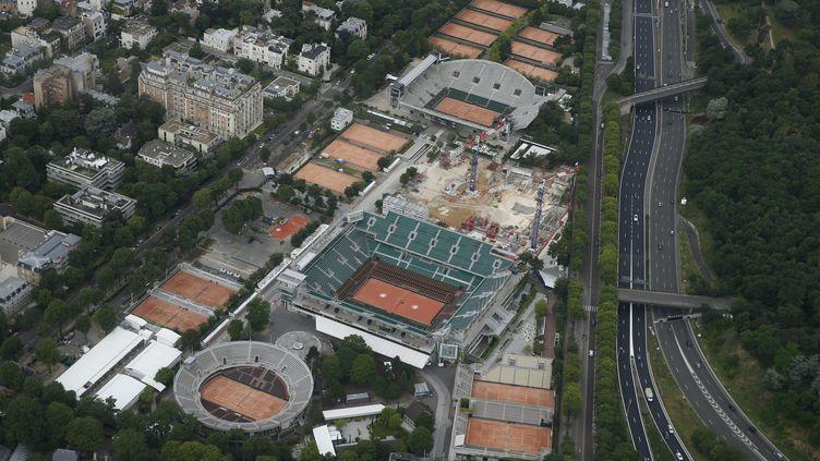 Une vue aérienne des courts de Roland-Garros et dujardin des Serres d'Auteuil, le 14 juillet 2016, à Paris. (THOMAS SAMSON / AFP)