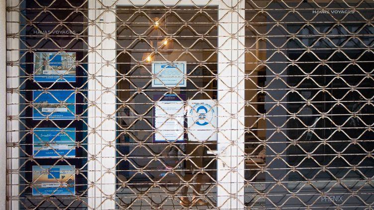 Une agence de voyage fermée à cause de la crise sanitaire, le 19 novembre 2020 à Montpellier (Hérault). (SOLENE ARTAUD / HANS LUCAS / AFP)