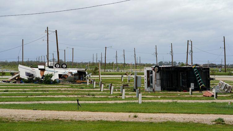 des remorques renversées dans un champ après le passage de l'ouragan Laura à Welsh, en Louisiane (États-Unis)? le 27 août 2020 (ELIJAH NOUVELAGE / REUTERS)