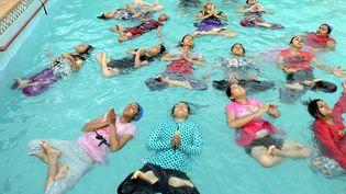 Le yoga se pratique même dans l'eau, mais l'exercice - en tailleur et mains jointes -réclame une technique approfondie pour ne pas sombrer immédiatement au fond de la piscine. Photo prise à Jodhpur, au Rajahstan, en Inde, le 21 juin 2016. (CITIZENSIDE/SUNIL VERMA / CITIZENSIDE)