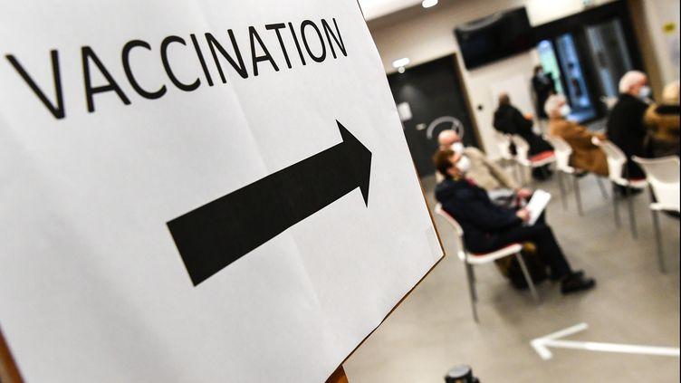La salle d'attente d'un centre de vaccination contre le Covid-19 à Quimper (Finistère), le mercredi 20 janvier 2021. (FRED TANNEAU / AFP)