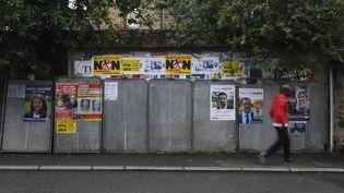 Devant des panneaux électoraux, le 29 mai 2017, àTinteniac (Ille-et-Vilaine). (DAMIEN MEYER / AFP)