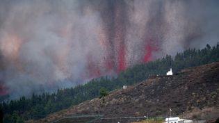 Le volcan Cumbre Vieja entre en éruption sur l'île de La Palma, dans l'archipel des Canaries, en Espagne, le 19 septembre 2021. (DESIREE MARTIN / AFP)