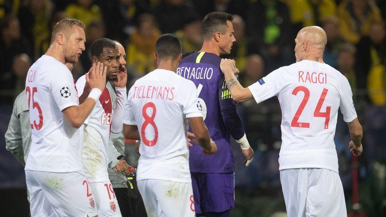 Les joueurs de Monaco rassemblés autour du gardienDiego Benaglio sorti sur blessure, mercredi 3 octobre 2018, lors du match de Ligue des champions, àDortmund en Allemagne. (MARIUS BECKER / DPA / AFP)