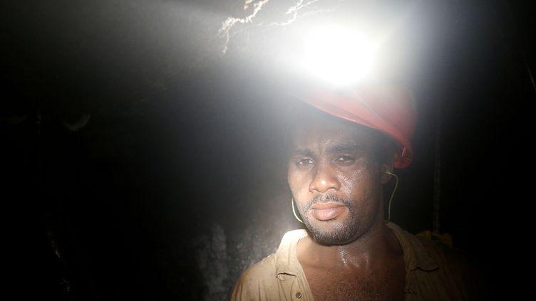 Un travailleur de lamine d'ordeMasimthembe SibanyeGold à Westonaria (province de Gauteng), le 3 avril 2017. (MIKE HUTCHINGS / REUTERS)