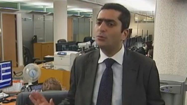 L'économiste Marc Touati, directeur de la recherche économique et financière de la société Assya Compagnie Financière, à Paris, le 10 novembre 2011. (FRANCE 2)