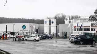 Le site Delpharm de Saint-Rémy-sur-Avre (Eure-et-Loir), photographié ici en février 2021, va mettre en flacons et conditionner des doses du vaccin de Pfizer/BioNTech. (SAMEER AL-DOUMY / AFP)