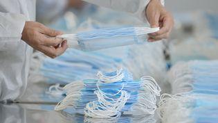 Dans une usine de fabrication de masques, à Nanjing, dans la province deJiangsu en Chine, le 18 février 2020. (QIANLONG / AFP)