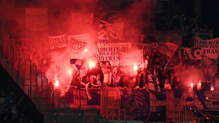 Des supporters marseillais au stade Raymond-Kopa à Angers, lors de la 7e journée de Ligue 1, le 22 septembre 2021. (JOËL LE GALL / OUEST-FRANCE / MAXPPP)