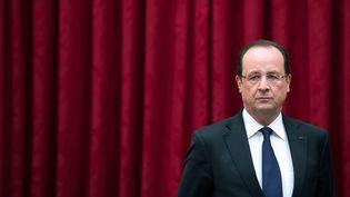 François Hollande s'apprête à prononcer un discours pour la remise du livre blanc de la Défense, à Paris, le 29 avril 2013. (BERTRAND LANGLOIS / AFP)