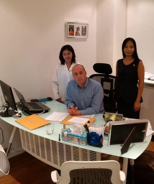 Jérémy Akoun et son équipe dans les bureaux de The Perfume House (Lionel Deconinck)