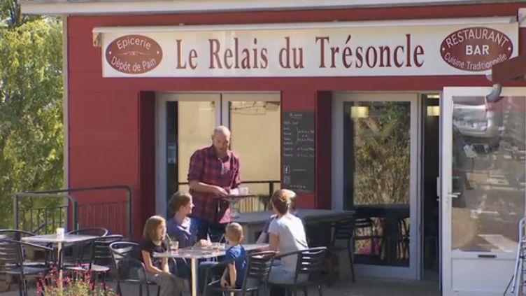 À Ancy (Rhône), deux hommes originaires de Bretagne ont permis au village de retrouver un second souffle en achetant le seul commerce du centre-ville. (FRANCE 2)