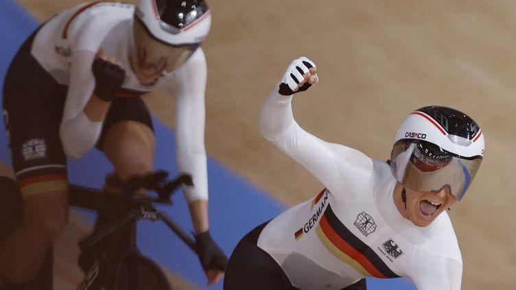 Les Allemandes célèbrent leur record du monde enpoursuite féminine par équipe, lundi 2 août, à Tokyo. (ODD ANDERSEN / AFP)