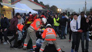 """Les services de secours se déploient après la simulationd'explosion dans une """"fan zone"""", recréée à Nîmes (Gard), le 17 mars 2016. (SYLVAIN THOMAS / AFP)"""