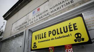 Une bannière accrochée à la préfecture de Rouen, le 26 septembre 2020, lors de la manifestation, un an après l'incendie de l'usine Lubrizol. (LOU BENOIST / AFP)