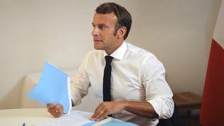 Emmanuel Macron, lors d'un Conseil de sécurité et de défense, le 11 août 2020, au fort de Brégançon (Var). (DANIEL COLE / POOL / AFP)