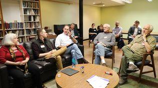 Des Américains conservateurs (comme l'indiquent leurs étiquettes rouges) lors d'un atelier de l'organisation Better Angels visant à réconcilier républicains et démocrates, le 27 octobre 2018 à Arlington, en Virginie (Etats-Unis). (VALENTINE PASQUESOONE / FRANCEINFO)