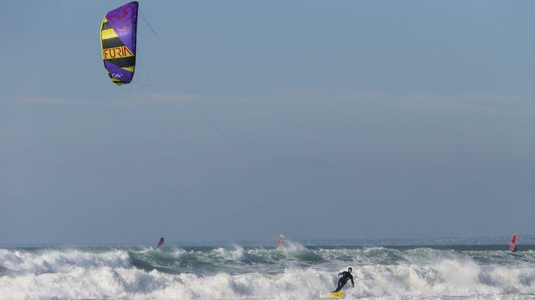 Le kite-surfeur a été emporté par une bourrasque de vent et a percuté un muret sur la digue. (image d'illustration) (FRANCK FOUQUET / MAXPPP)