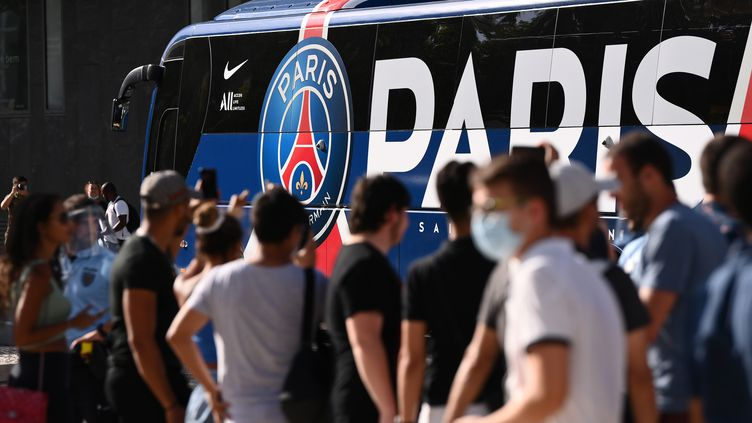 Des supporters du Paris Saint-Germain devant l'hôtel et le bus de leur équipe à Lisbonne, le 17 août 2020 (photo d'illustration). (FRANCK FIFE / AFP)