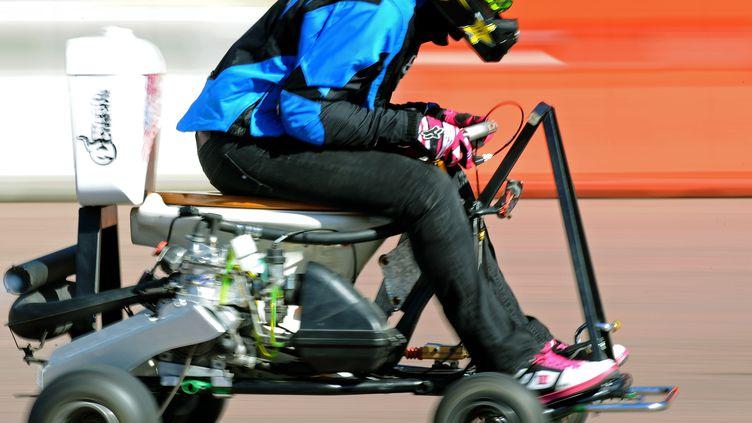 Jolene Van Vugt,une Canadienne championne de motocross, a battu le record de vitesse sur toilettes motorisés le 2 mai 2012, à Sydney, en Australie. (GREG WOOD / AFP)