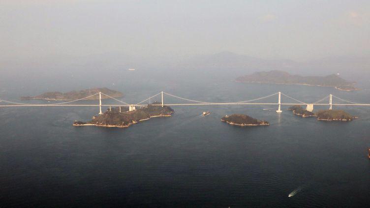 Le pont de Kurushima Kaiko situé dans la préfecture d'Ehime, au Japon, le 1er mars 2019. (NAOYA MASUDA / YOMIURI / AFP)