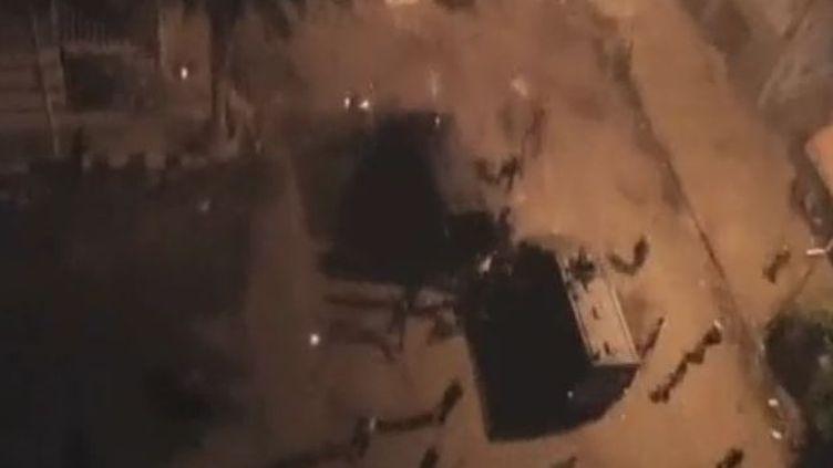 Des blindés contre les manifestants à Alexandrie (Egypte) - 22 novembre (APTN)