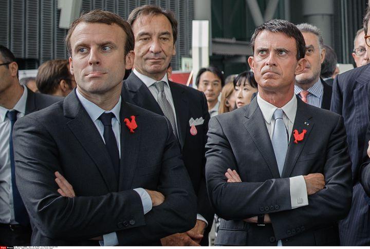 Emmanuel Macron, alors ministre de l'Economie, et Manuel Valls, Premier ministre, lors du lancement de la campagne Creative France, au Miraikan Museum de Tokyo (Japon), le 5 octobre 2015. (NICOLAS DATICHE/SIPA)