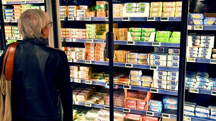 Une femme devant un rayon de beurres dans un supermarché, à Nantes (Loire-Atlantique), le 20 octobre 2017. (LOIC VENANCE / AFP)