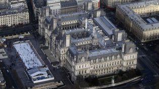 Vue aérienne de l'Hôtel de Ville de Paris. (KENZO TRIBOUILLARD / AFP)