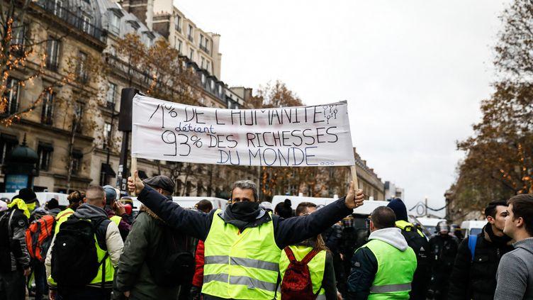 """Une manifestation des """"gilets jaunes"""", place de la Madeleine, à Paris, le 24 novembre 2018. (LAURE BOYER / HANS LUCAS / AFP)"""