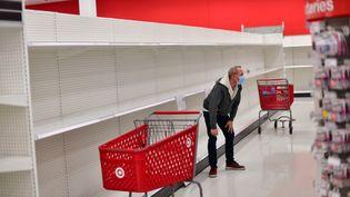 Un homme dans un supermarché Target enPennsylvanie, aux États-Unis, le 20 novembre 2020. (MARK MAKELA / REUTERS)