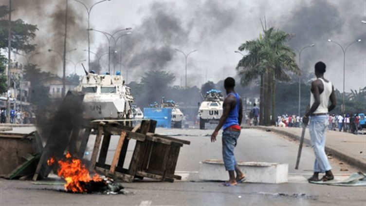 Quartier d'Abobo, à Abidjan, le 19 février 2011, après l'intervention des forces de sécurité pro-Gbagbo. (AFP/ISSOUF SANOGO)