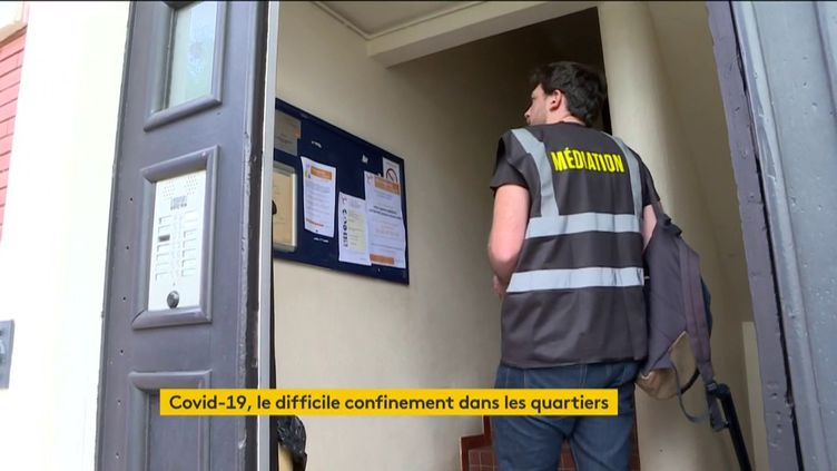 Un médiateur dans un quartier de Bordeaux (FRANCEINFO)