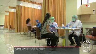 Des volontaires pour les tests de vaccins en Indonésie. (France 2)