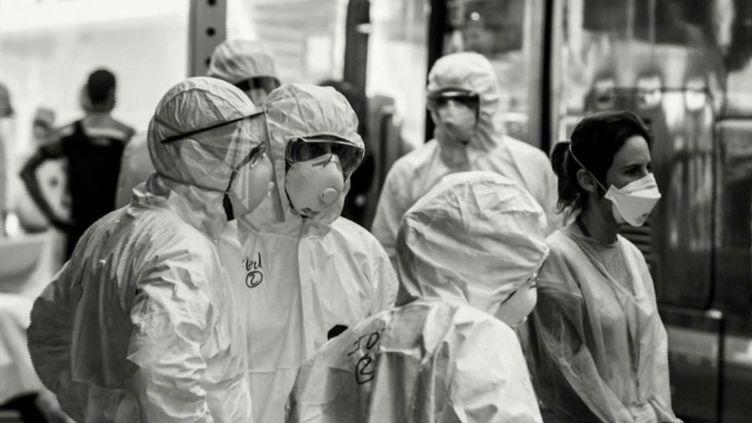 Covid-19 : deux soignants du CHU d'Angoulême ont immortalisé leur quotidien pendant un an (FRANCE 2)
