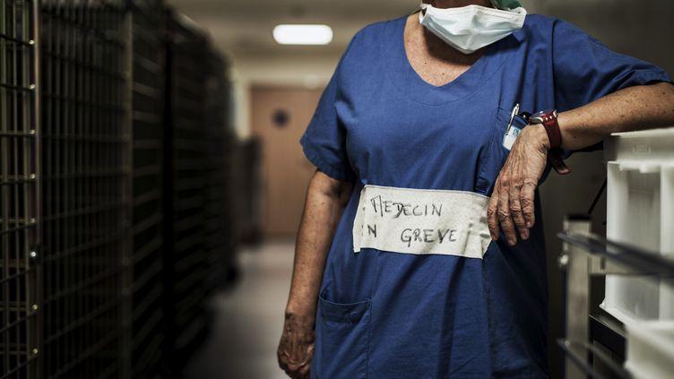 Un médecin en grève, , à l'hôpital de Lyon (Rhône), le 26 septembre 2016. (JEFF PACHOUD / AFP)