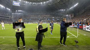 Protégé par des boucliers anti-émeutes, Neymar se dirige vers le poteau de corner lors d'OM-PSG, à l'occasion d'OM-PSG le dimanche 24 octobre au stade Vélodrome. (JEAN CATUFFE / JEAN CATUFFE)