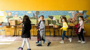 Des enfants dans une cour d'école, le 26 avril 2021 à Elne, dans les Pyrénées-Orientales. (JC MILHET / HANS LUCAS / AFP)
