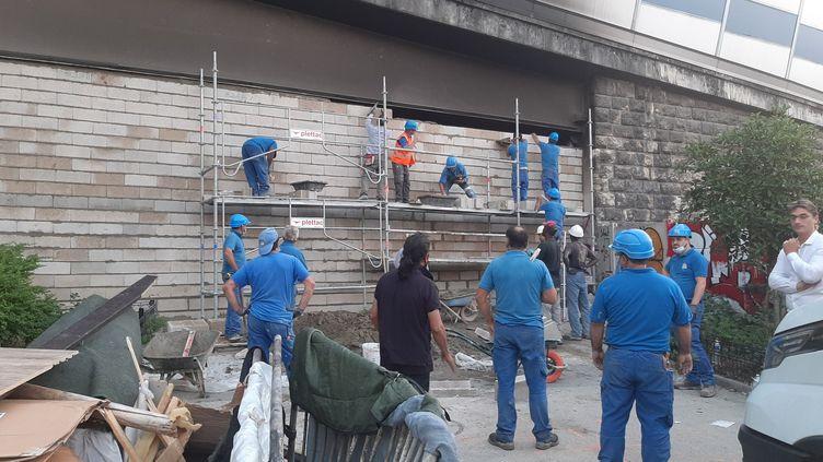 """Pour""""protéger"""" les habitants de Pantin, selonses termes, la préfecturede police a fait construire, dans la journée du vendredi 24 septembre, deux murs qui ferment complètementle tunnel sousle périphérique,entre Paris et Pantin. (ALAIN GASTAL / RADIO FRANCE)"""