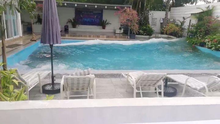 Le séisme a provoqué une vague dans la piscine de cet hôtel, le 15 décembre 2019 à General Santos City (Philippines). (SOCIAL MEDIA / REUTERS)