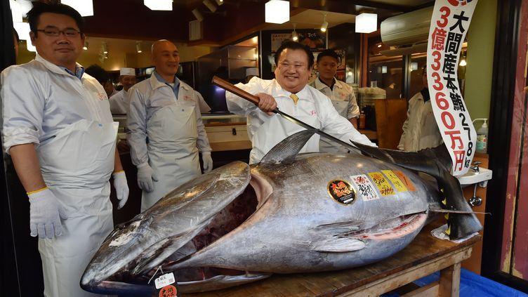 Un dirigeant de restaurant célèbre son achat, au prix record de 2,7 millions d'euros, d'un thon de plus de 270 kilos à Tokyo (Japon), le 5 janvier 2019. (KAZUHIRO NOGI / AFP)